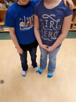 Journée d'esprit - twin day, socks and all!